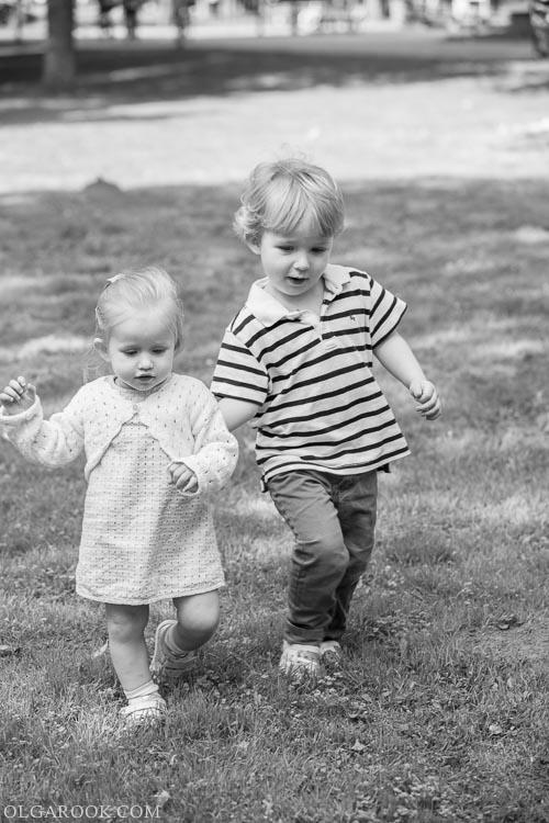 foto van een klein broertje en zusje in Westerpark