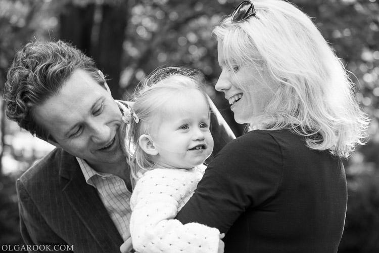 foto van een gezin met een klein dochtertje in een park