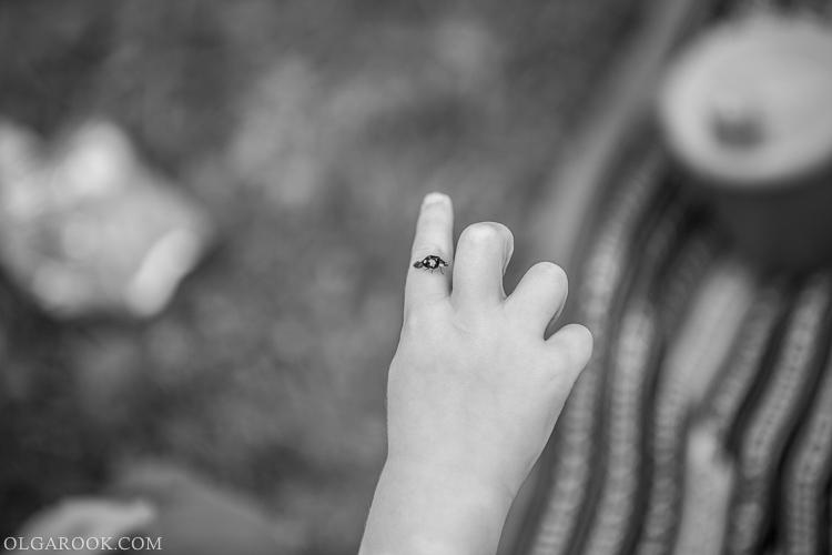 foto van hand van een kindje met een lieveheersbeestje op zijn vinger