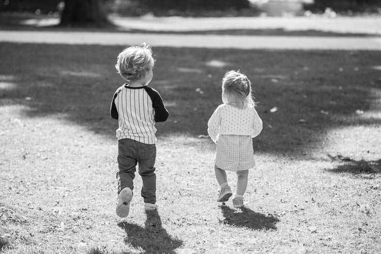 foto van twee kinderen spelend in Westerpark