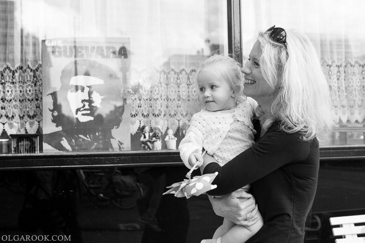 foto van moeder en dochter die door Amsterdam lopen
