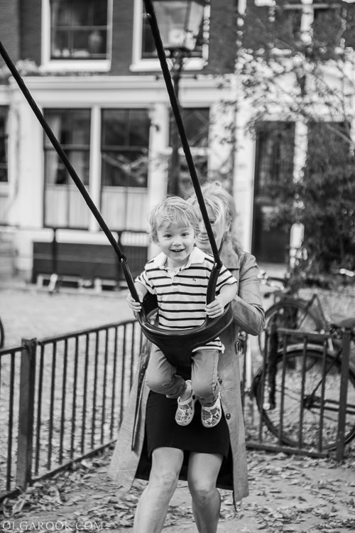 foto van een vrolijk jongetje op een schommel