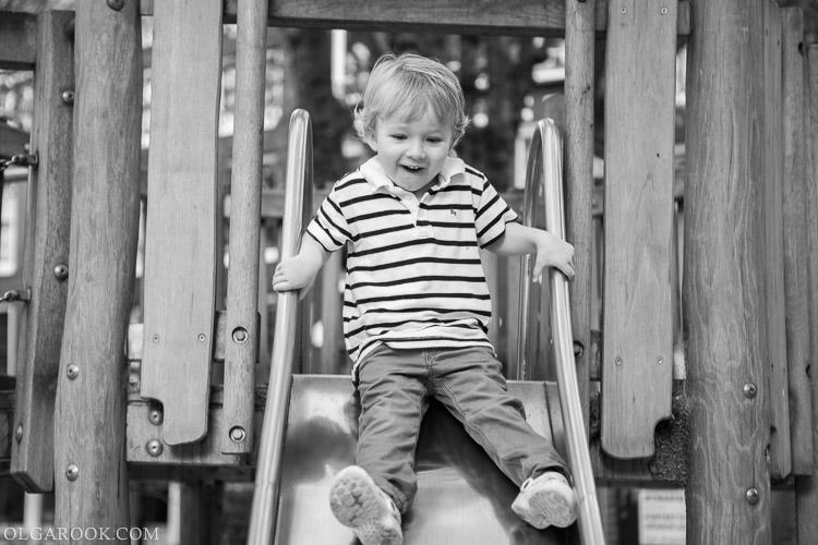 fotoshoot in de speeltuin: foto van een jongetje op een glijbaan