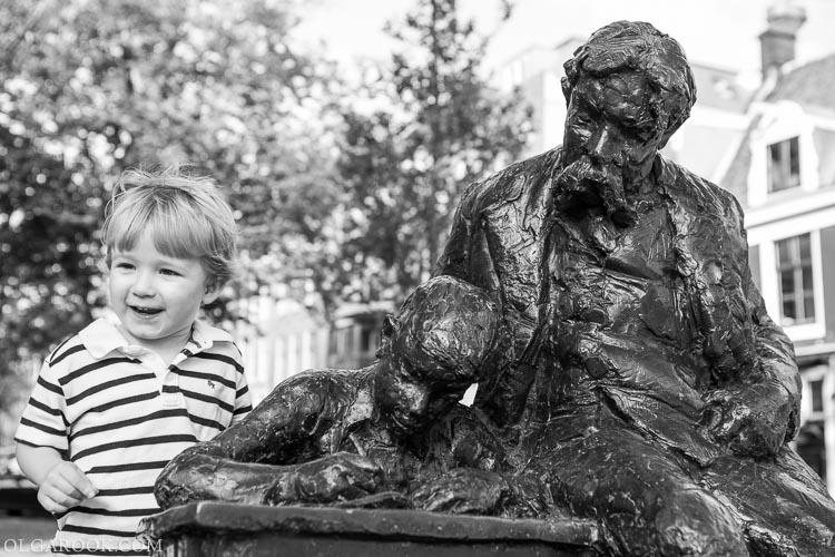 portret van een kindje met een sculptuur in Amsterdam