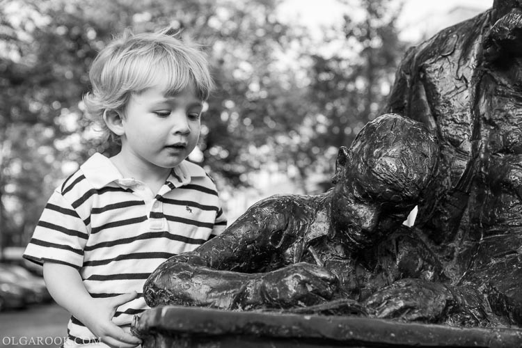 portret van een jongetje met Kees de Jongen sculptuur