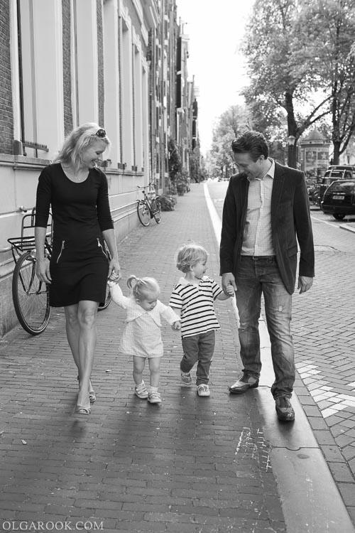 foto van een gezin met twee kleine kindjes op een straat van Amsterdam