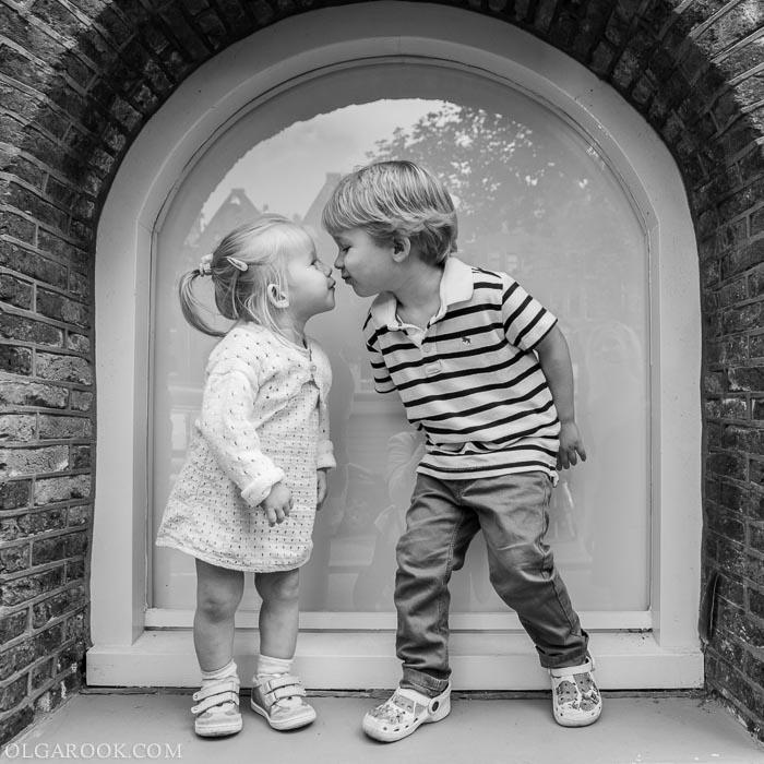 Foto van kleine broertje en zusje op straat in Amsterdam