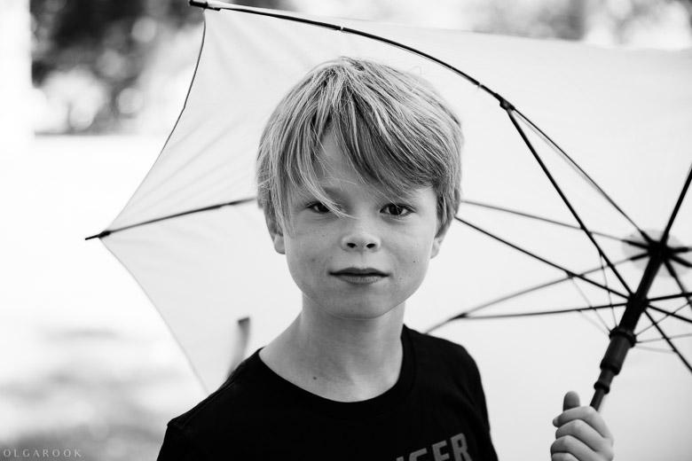 een jongen met een paraplu
