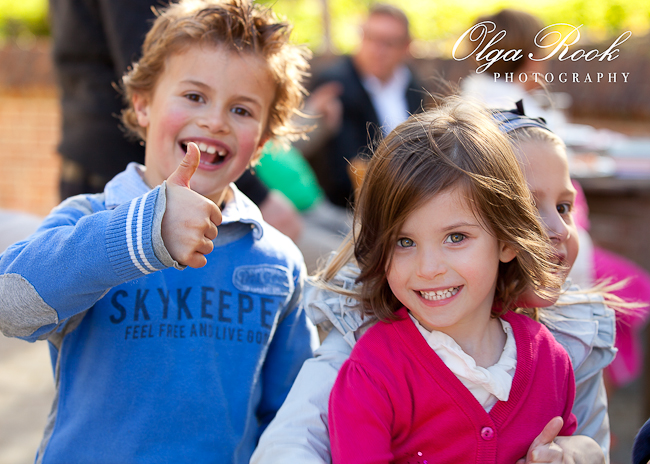 Foto van een groep vrolijke lachende kinderen op een feest.