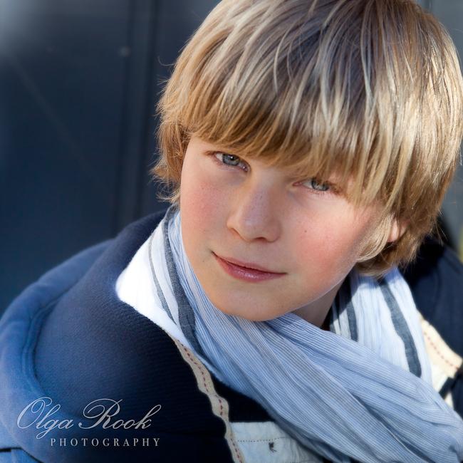 Een portret van een knappe blonde jongen.