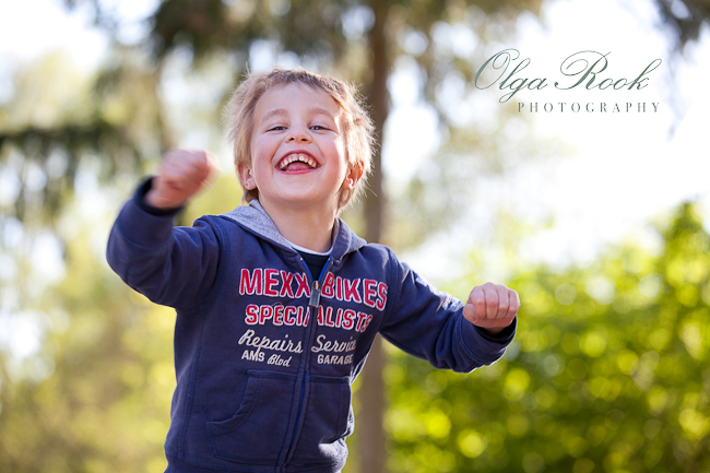 Een kleurrijke protret van een klein lachend jongenje, supergelukkig!