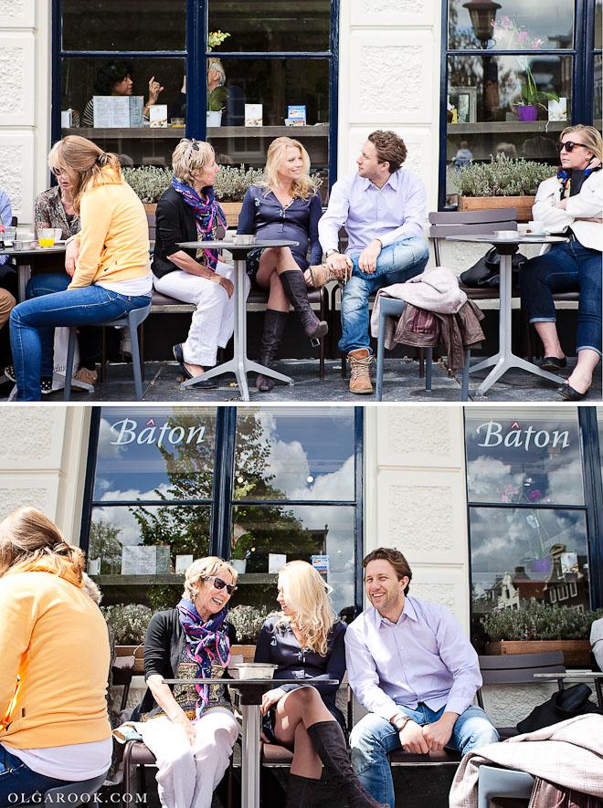 Familieportret op een terrasje in Amsterdam op een drukke zomerse dag.