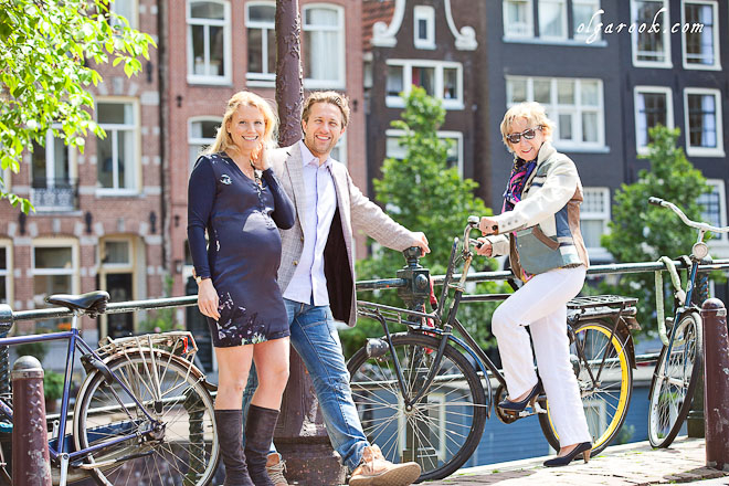 Familiefotografie in Amsterdam: een familie poseert op een brug met fietsen.