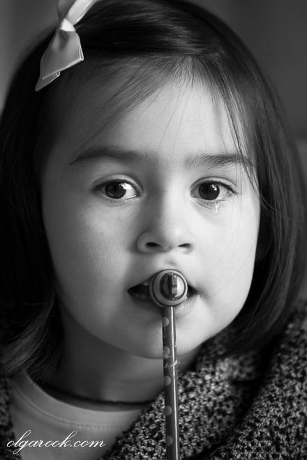 Zwart-witte artistieke kinderportret: klein meisje met een traan op haar wang.