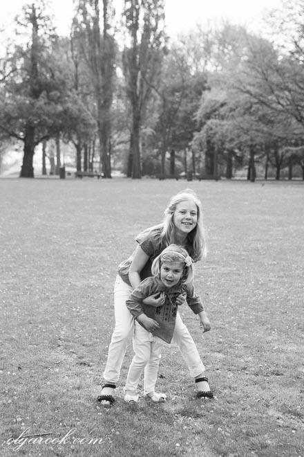 Foto van twee meisjes spelend in een park