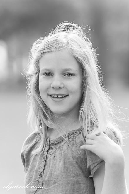 portret van een lief meisje in zachte en pure lentelicht, haar blonde haren vormen bijna een halo.