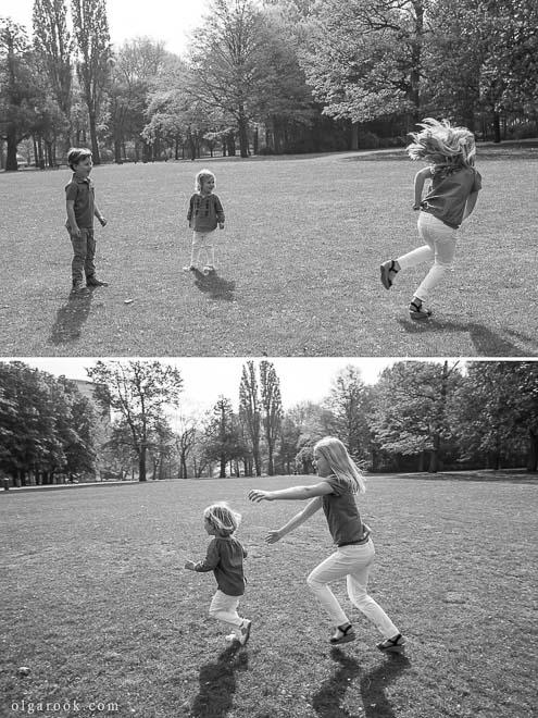 zwat-witte foto's van spelende kinderen in een park