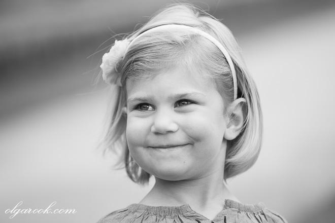 Portret van een klein meisje met een tevreden glimlach