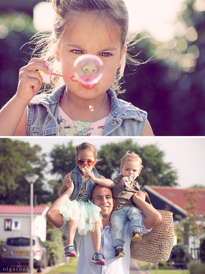 Foto van een meisje die bellen blaast en van een vader met twee kindjes op zijn schouders.