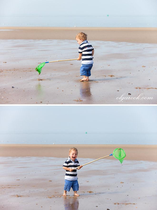 foto van klein grappig jongetje bij de zee