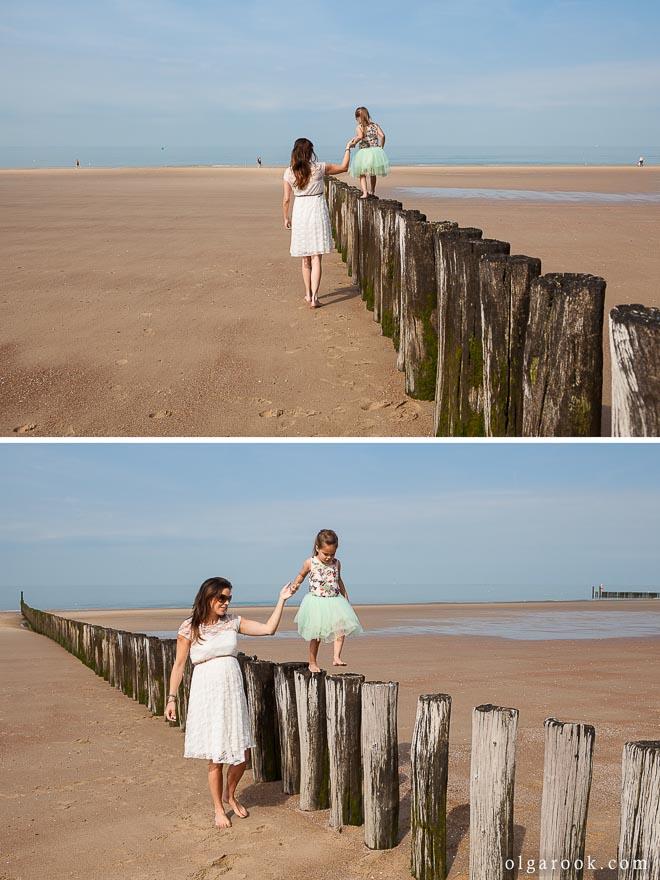 Foto van een moeder en haar klein dochtertje op het strand