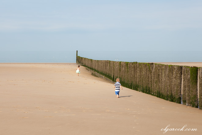 foto van twee kleine kinderen op het strand