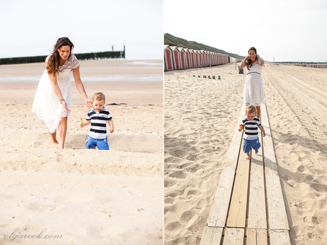 Foto van een moeder met haar kleine zoontje op het strand
