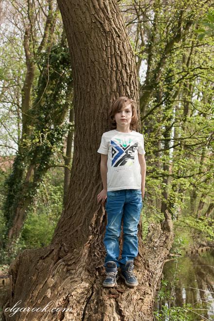 Foto van een kleien jongetje in een bos