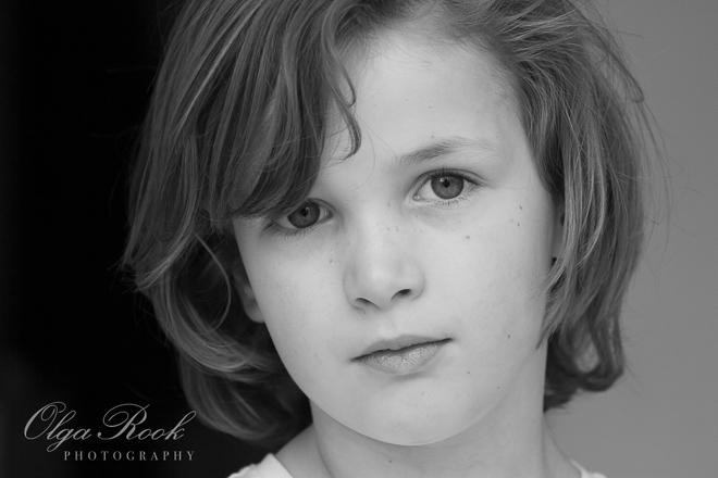 Klassiek portret van een klein blond jongetje