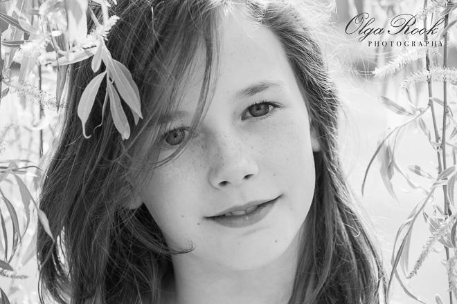 Tijdloze kinderfotografie: een nostalgisch en romantisch portret van een meisje tussen de taken van een treurwilg.