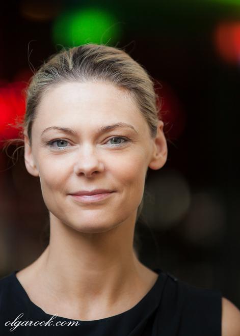 Zakenportret met fashion flair: een stijlvolle vrouw met kleurenlichten op achtergrond