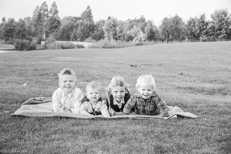 Vier vrolijke kinderen in een park