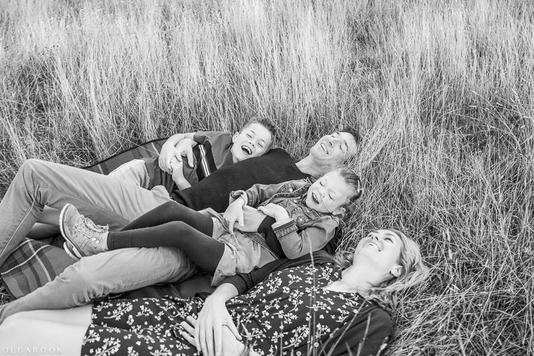 family photo shoot in Rockanje: in high grass